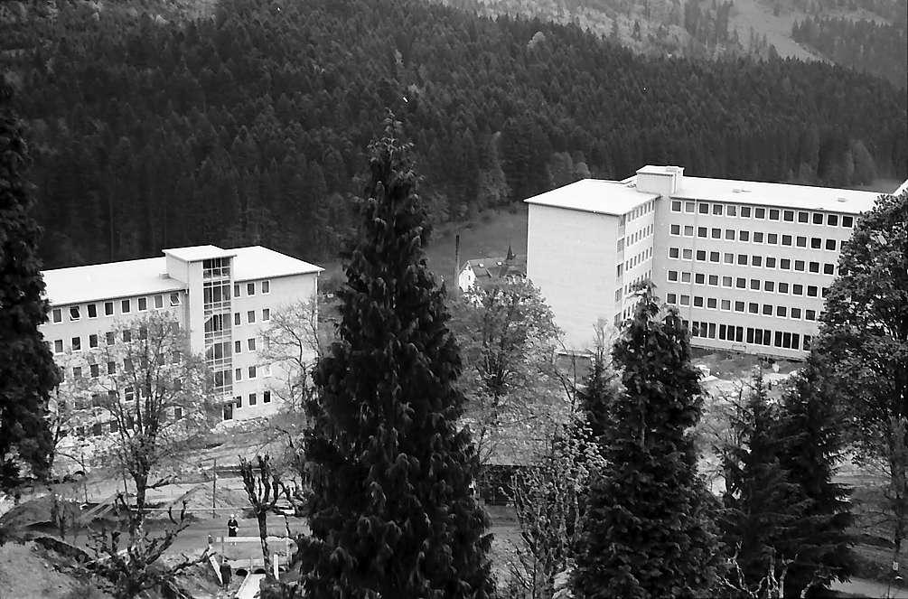 Blick auf die Neubauten mit Schwesternhaus des Sanatoriums Wehrawald in Todtmoos, Bild 1