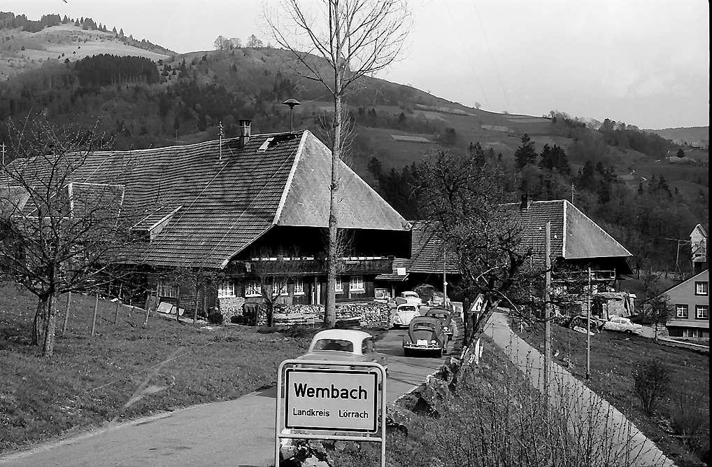 Zwei Schwarzwaldhäuser und Ortsschild an der Straße nach Wembach, Bild 1