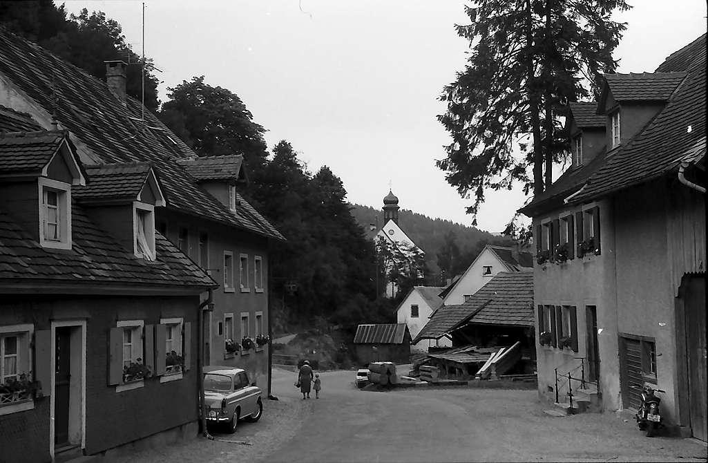 Dorfstraße mit Kirche von Kappel, Bild 1