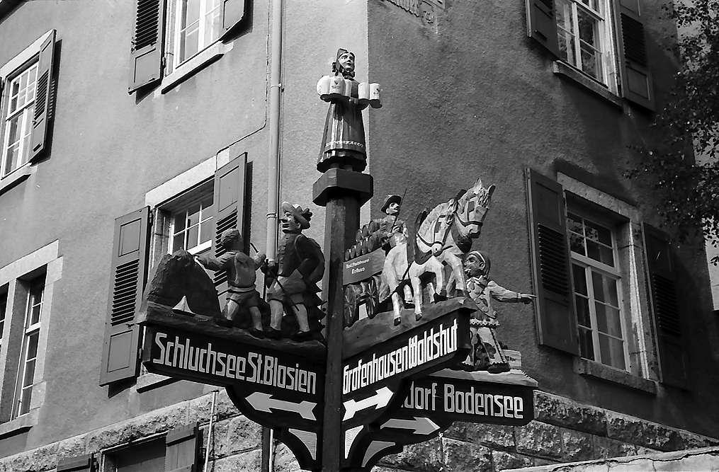 Geschnitzter Wegweiser in Grafenhausen-Rothaus, Bild 1