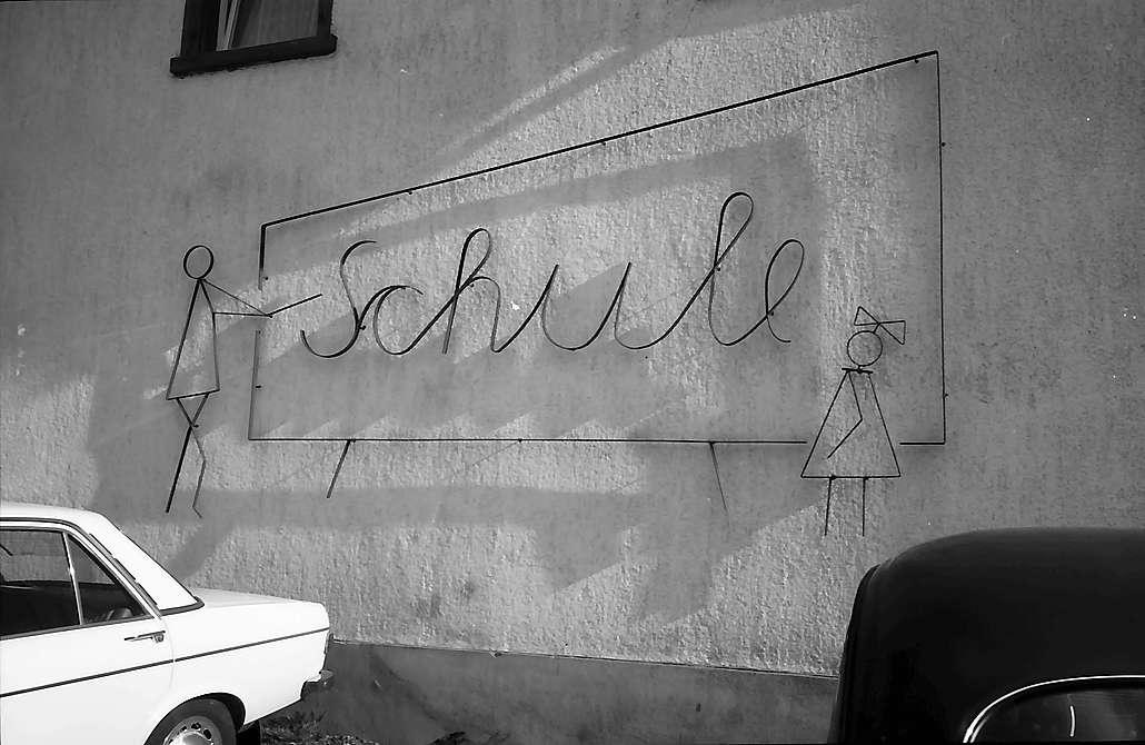 """Plastische Schrift """"Schule"""" an der Schule in Saig, Bild 1"""