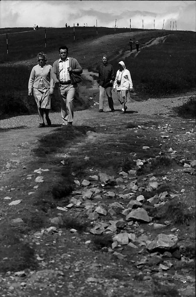 Wanderer in einer Erosionsrinne auf dem Feldberg, Bild 1