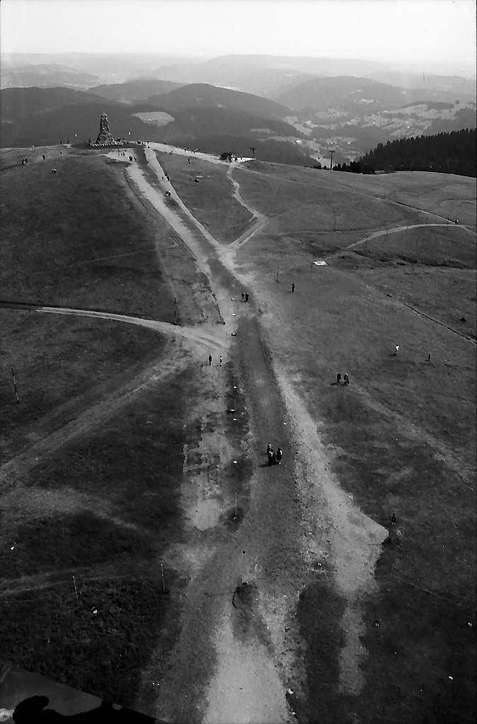 Blick vom Fernsehturm auf dem Feldberg zum Bismarckturm, Bild 1
