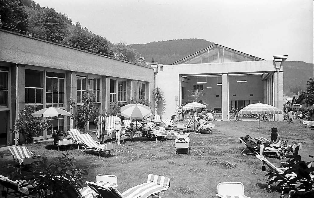 Bad Wildbad: Die Halle und Liegewiese des Bades von oben, Bild 1