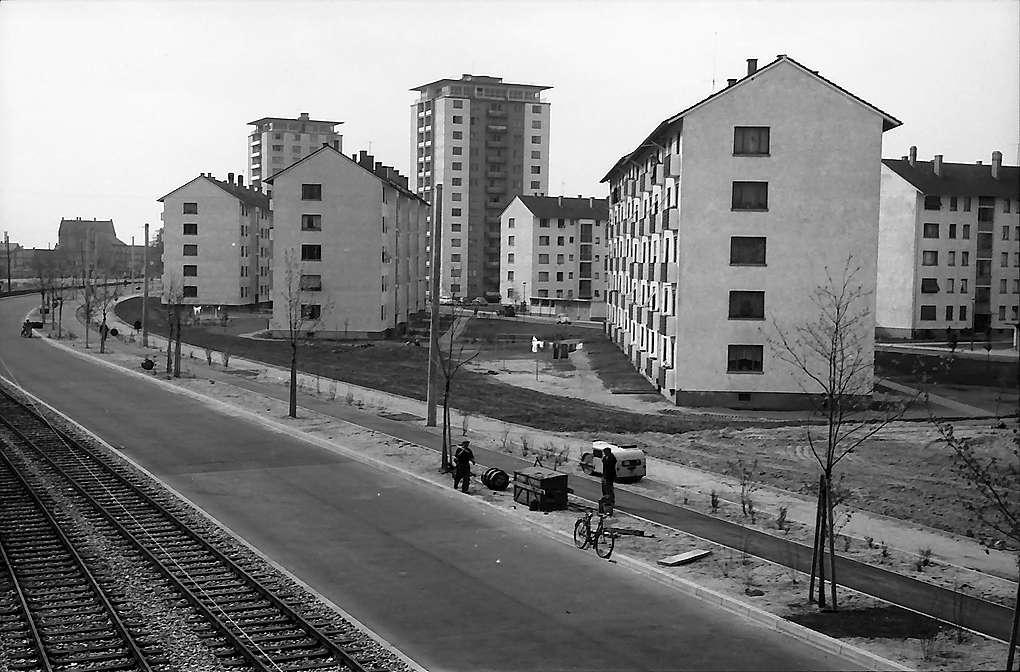 Karlsruhe: Mühlburg, Blick von der Straßenbrücke auf Hochhäuser, Bild 1