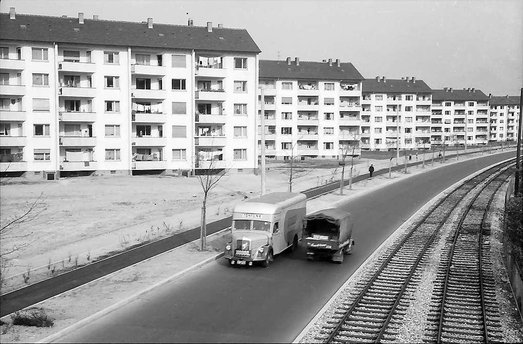 Karlsruhe: Mühlburg, Blick von der Straßenbrücke auf Siedlungsblöcke, Bild 1