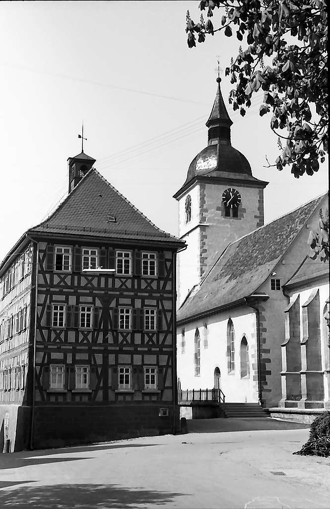 Knittlingen: Fachwerkhaus und Kirche, Bild 1