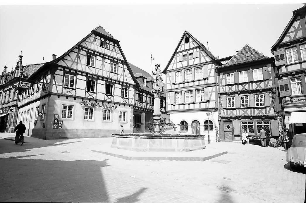 Bretten: Brunnenfigur und Gasthof Krone, Bild 1