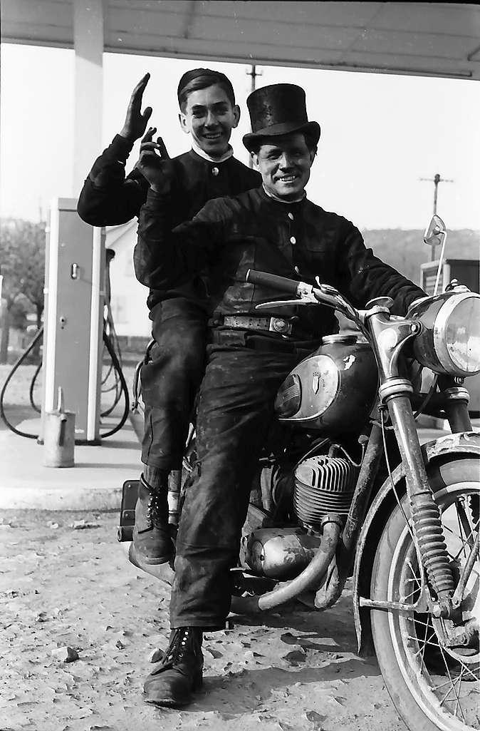 Neckarelz: Zwei Schornsteinfeger auf dem Motorrad, Bild 1