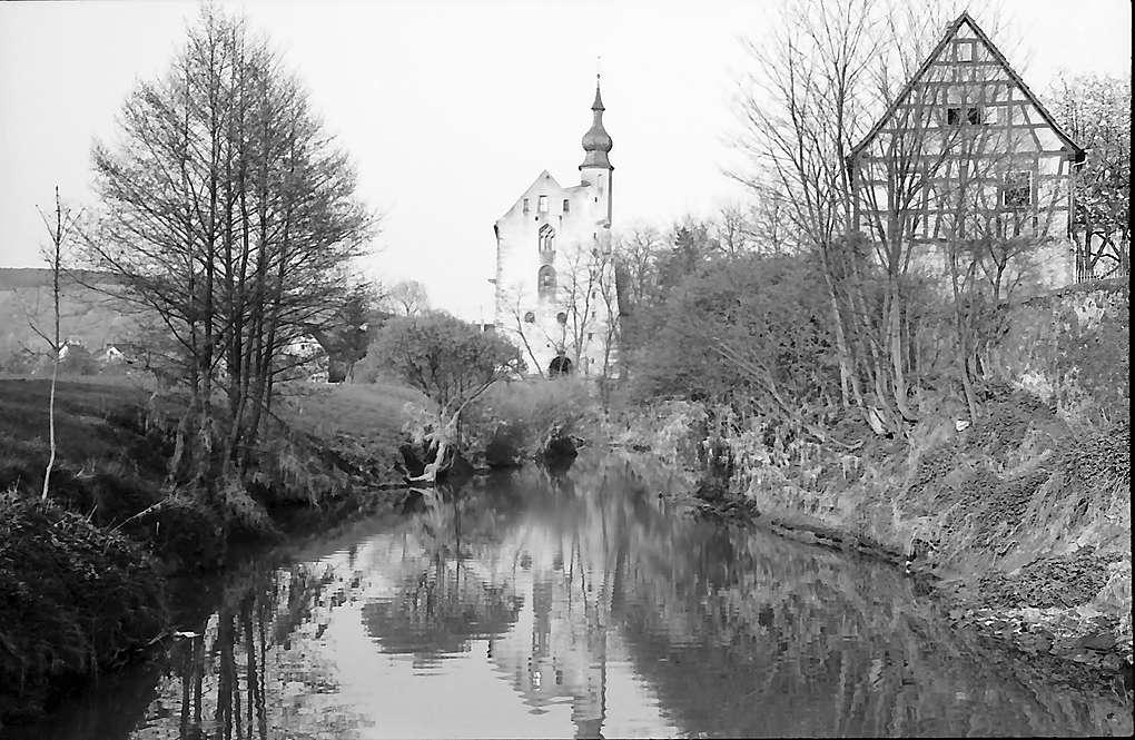 Neckarelz: Das Templerhaus von der Seite mit Spiegelung in der Elz, Bild 1