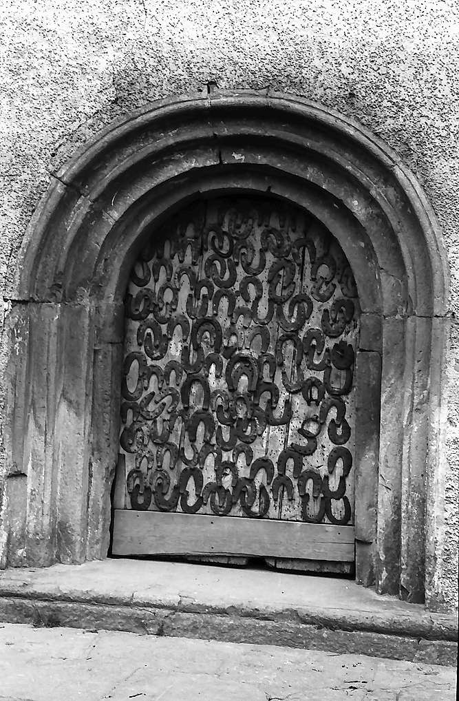 Neudenau: Eingang mit Hufeisentor der St. Gangolf-Kapelle, Bild 1
