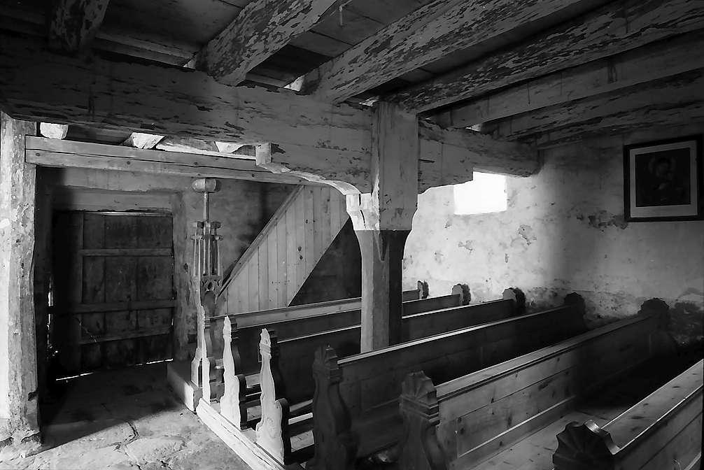Neudenau: Kirchenraum und Treppe zur Empore der St. Gangolf-Kapelle, Bild 1