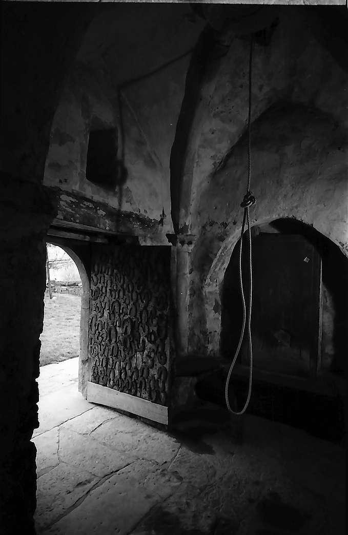 Neudenau: Kirchenraum und Hufeisentür der St. Gangolf-Kapelle von innen, Bild 1