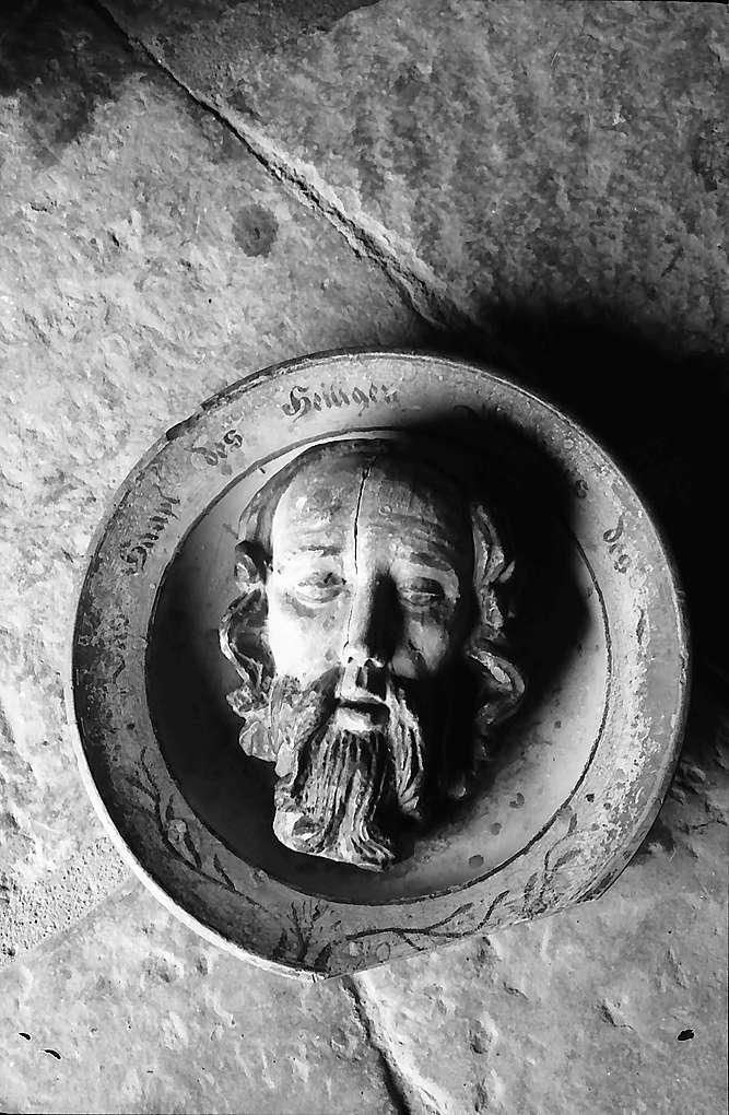 Neudenau: Plastik von Johannes dem Täufer in Form eines Tellers in der St. Gangolf-Kapelle, Bild 1