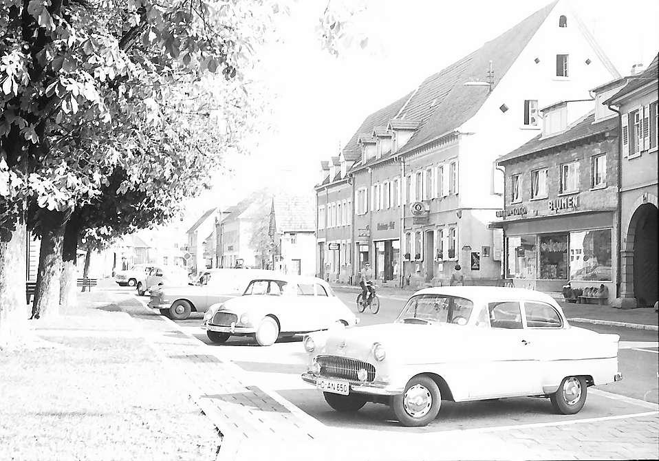 Walldorf: Hauptstraße mit Parkplatz, Bild 1