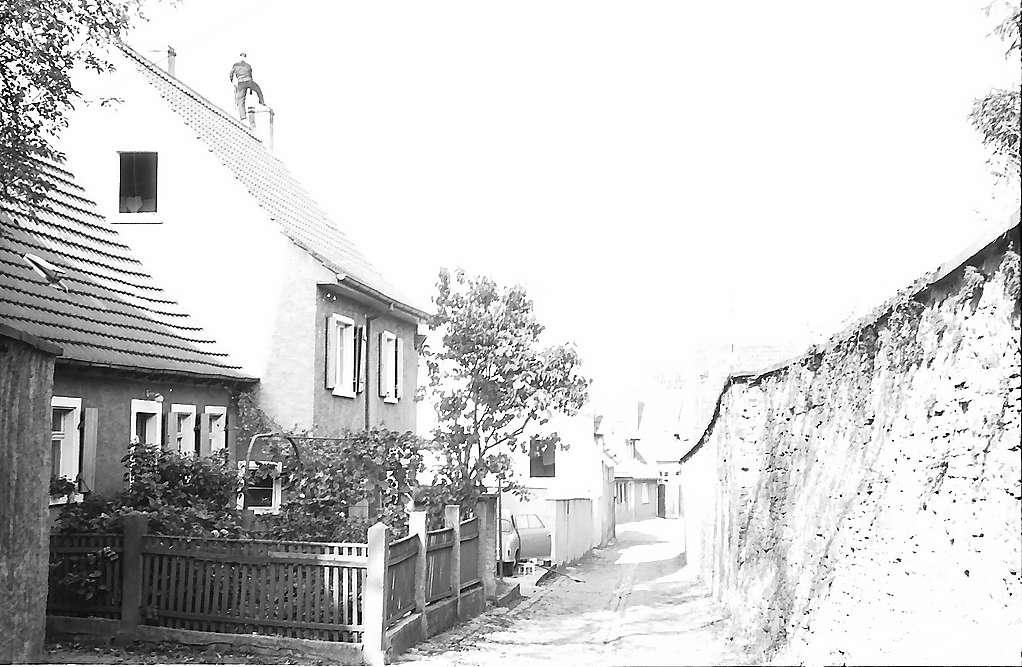 Walldorf: Haus mit Schornsteinfeger auf dem Dach in einer Gasse, Bild 1