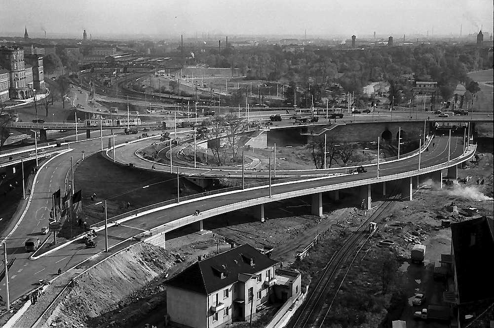 Mannheim: Blick von einem Hochhaus auf die Auffahrtsrampen mit Brückenkopf, Bild 1