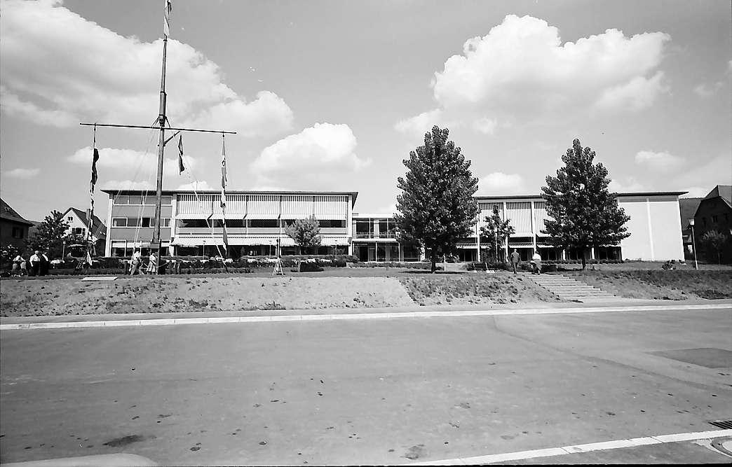 Eberbach: Kurhaus, Frontansicht mit Schiffsmast, Bild 1