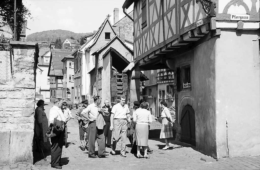 Eberbach: Menschengruppe in einer der Gassen, Bild 1