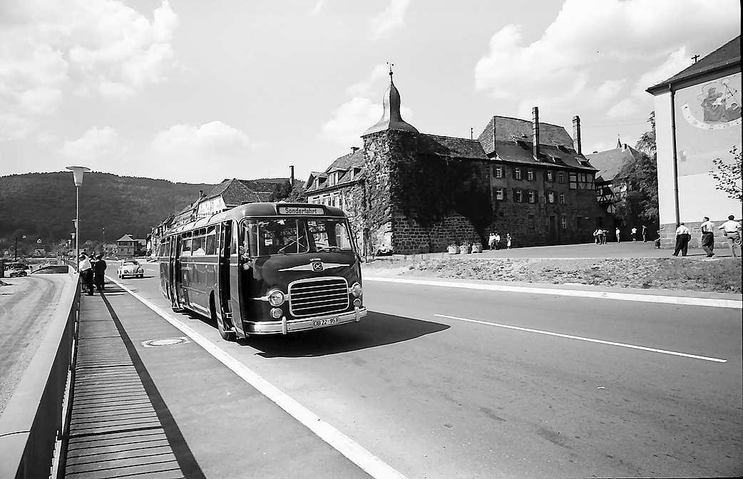 Eberbach: Bahnbus am Neckarkai vor dem Blauen Hut, Bild 1
