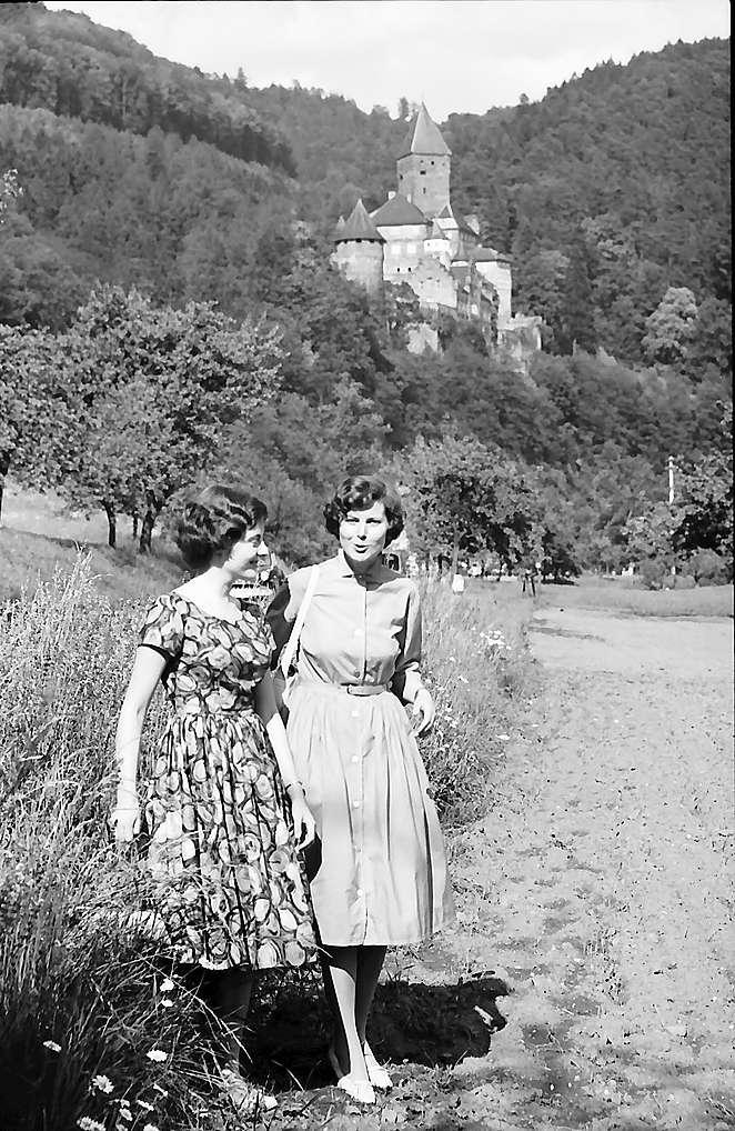 Zwingenberg: Burg an der Bundesstraße mit zwei Teilnehmerinnen der Bürgerstraßenfahrt, Bild 1