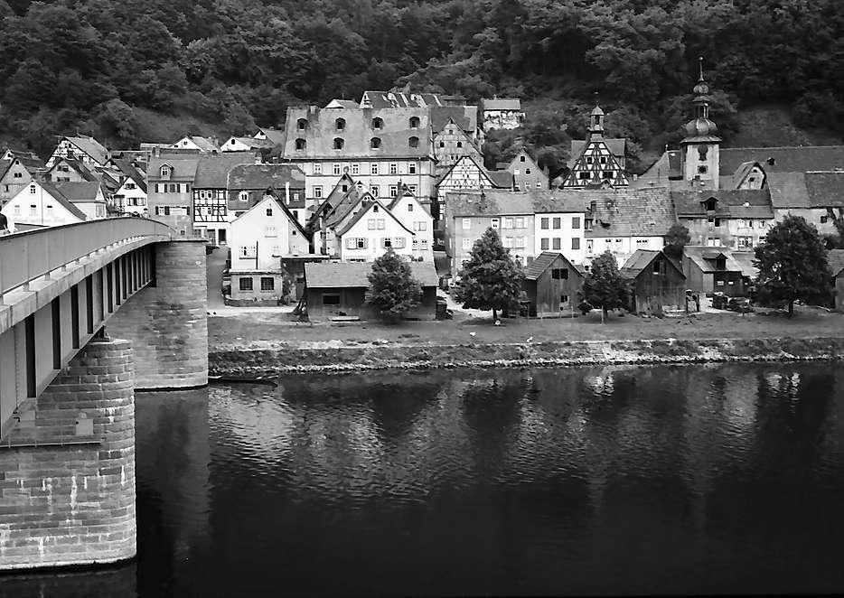 Freudenberg: Blick über den Main auf die Stadt mit Brücke, Bild 1