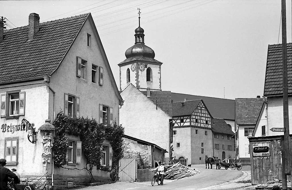 Königshofen: Dorfstraße und Kirche, Bild 1