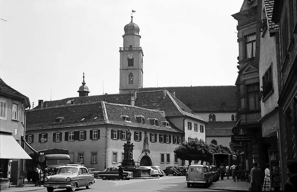 Bad Mergentheim: Platz und Turm der Schlosskirche, Bild 1