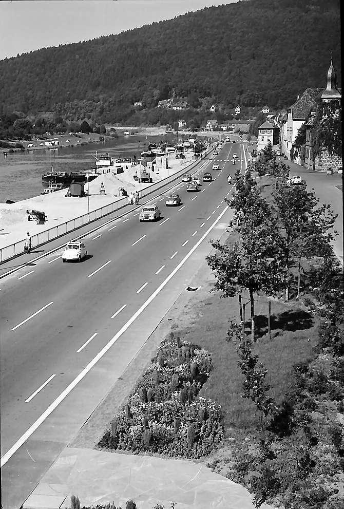 Eberbach: Neckarkai und Uferstraße von der Brücke, Bild 1