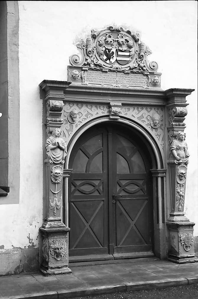 Neckarbischofsheim: Renaissanceportal an der Kirche, Bild 1