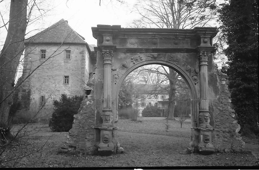 Neckarbischofsheim: Renaissancebogen zum ehemaligen Schloss, Bild 1