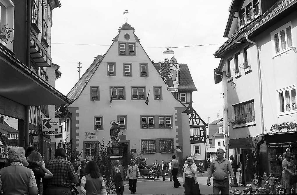 Walldürn: Hauptstraße mit Rathaus, Bild 1