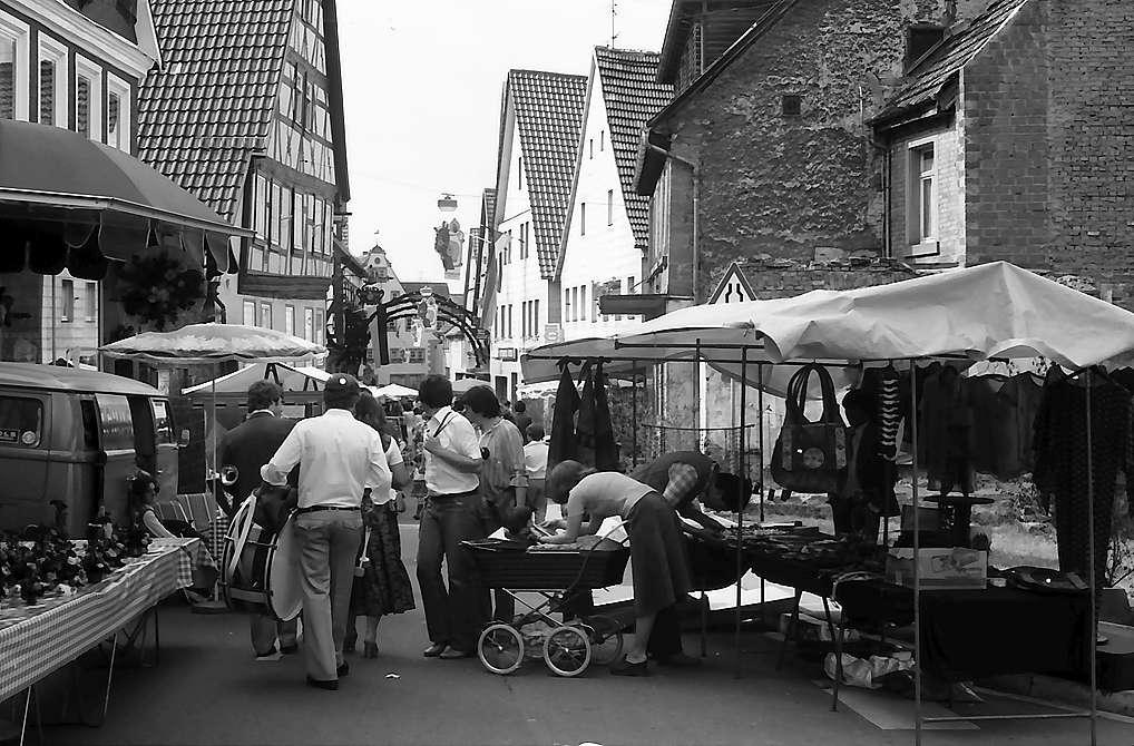 Walldürn: Hauptstraße während einer Marktveranstaltung, Bild 1