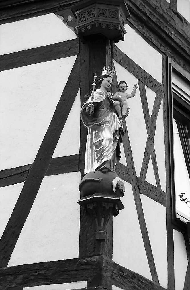 Walldürn: Madonna an einer Fachwerkhausecke, Bild 1