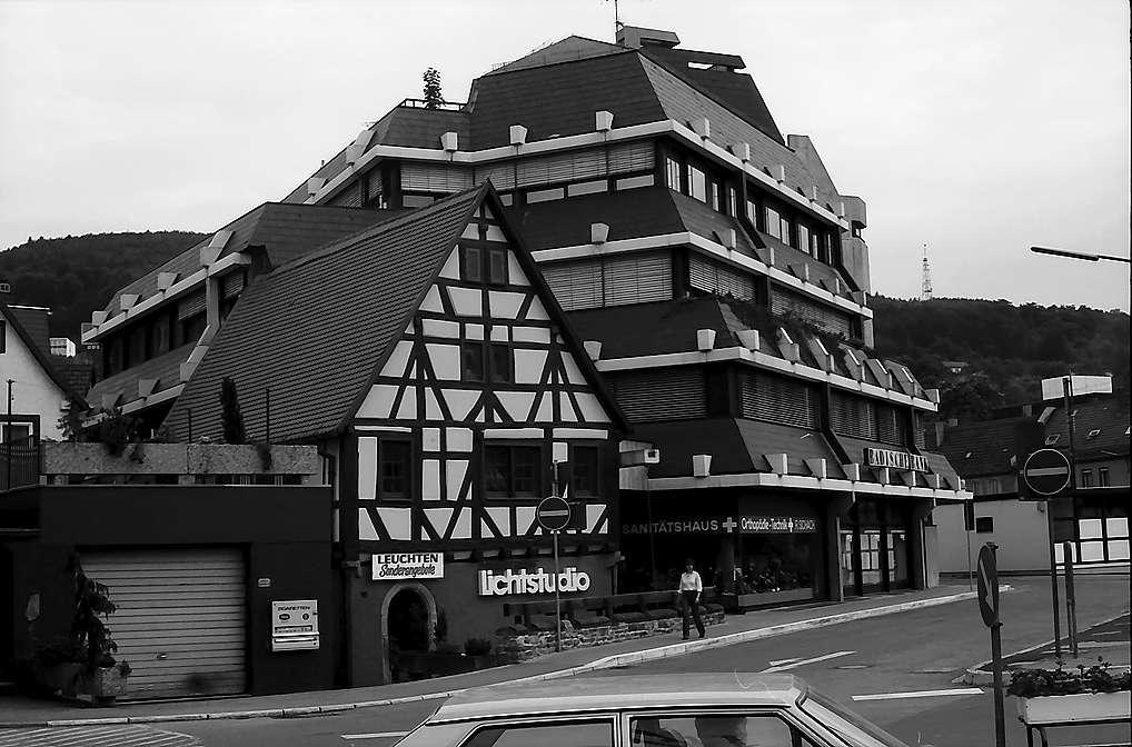 Mosbach: Altes Fachwerkhaus und moderes Versicherungsgebäude, Bild 1
