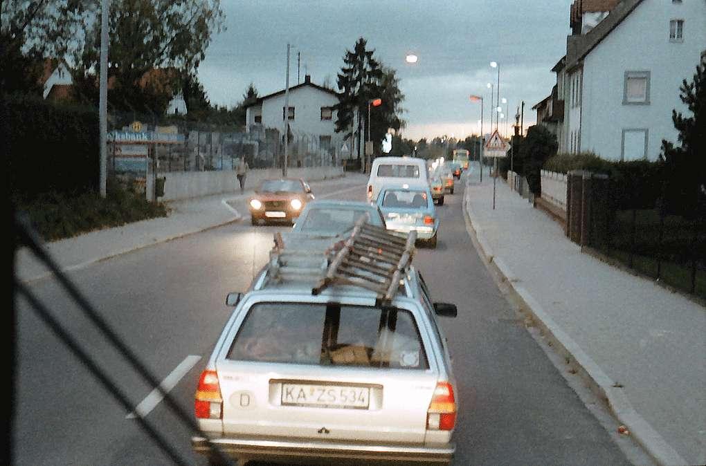 Berghausen: Autokolonne auf der B 10, Bild 1
