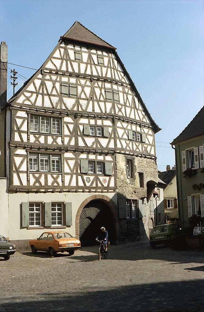 Ladenburg: Altes Fachwerkhaus am Marktplatz, Bild 1