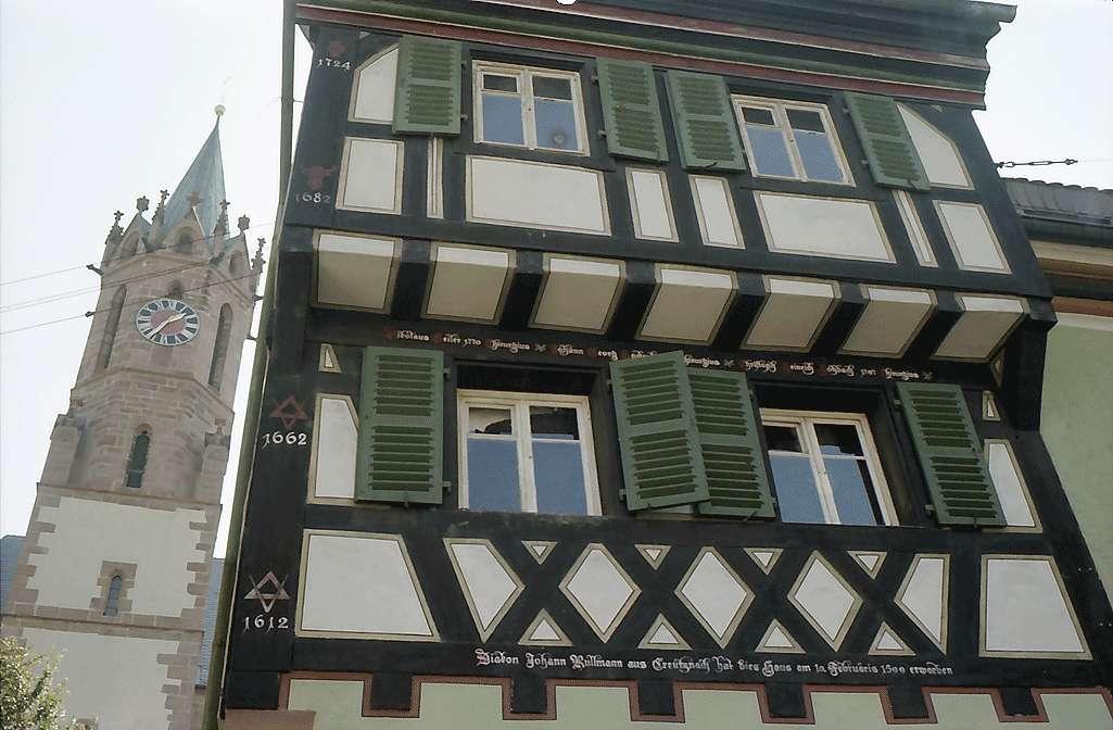 Ladenburg: Altes Fachwerkhaus mit Kirchturm von unten, Bild 1