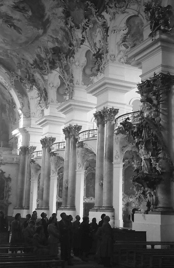 Zwiefalten: Seitenwand mit Gruppe im Kloster, Bild 1