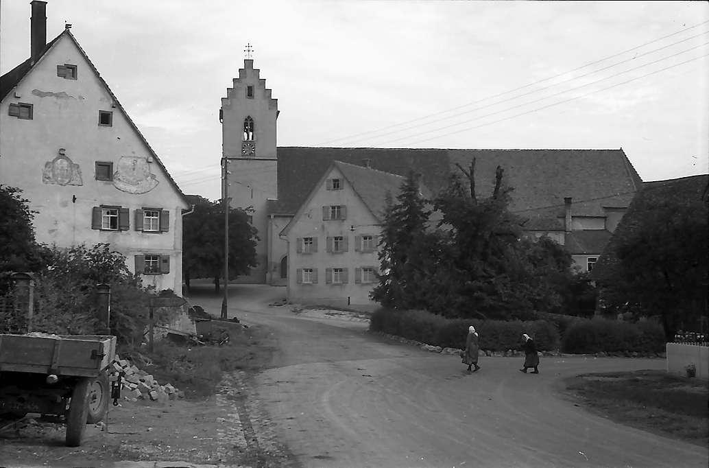 Gosheim: Dorfstraße und Kirche, Bild 1