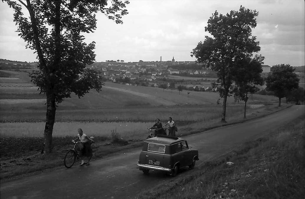 Bitz: Chaussee mit Blick auf die Stadt, Bild 1