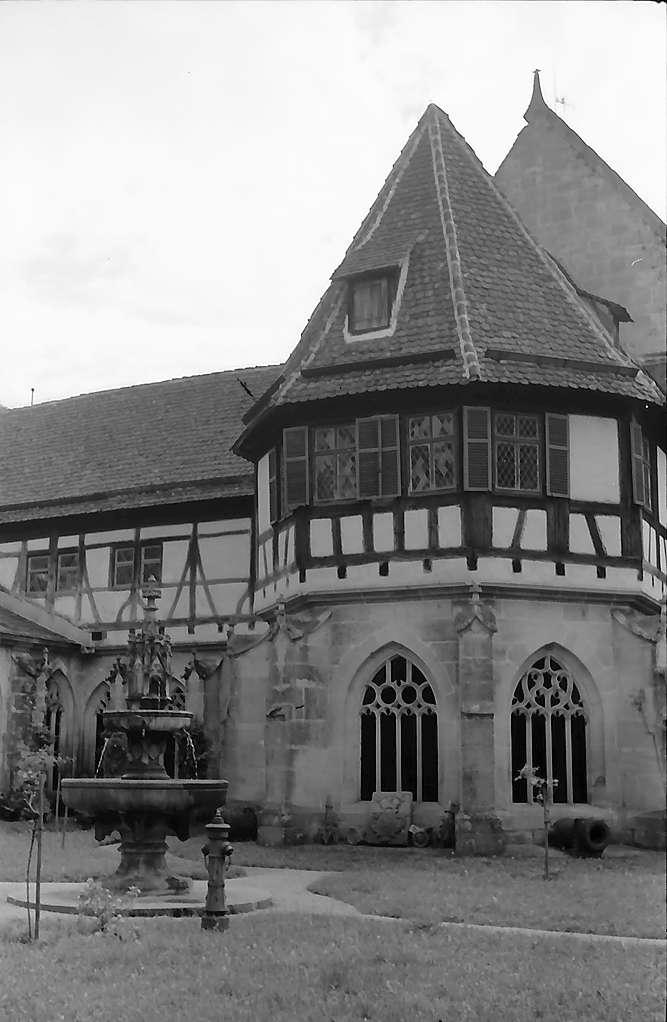 Tübingen-Bebenhausen: Blick über den Hof der Kirche auf den Kreuzgang mit Fachwerkaufbau, Bild 1