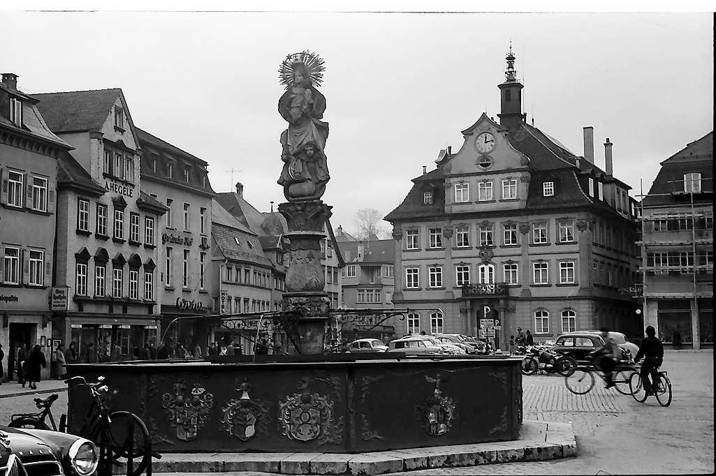 Schwäbisch Gmünd: Brunnen am Marktplatz und Rathaus, Bild 1