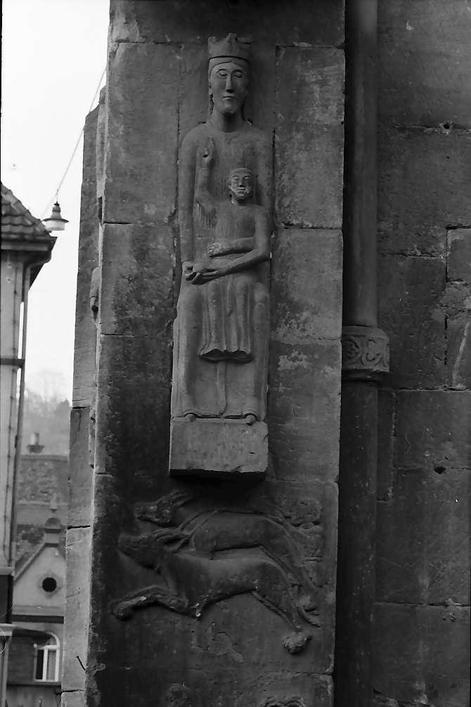 Schwäbisch Gmünd: Figur an der Ecke der Johanniskirche, von oben aufgenommen, Bild 1