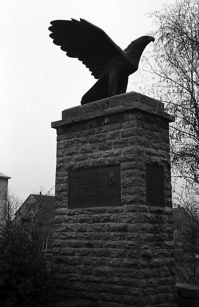 """Eislingen: Schiller Denkmal mit """"Pleite""""-Adler, Bild 1"""