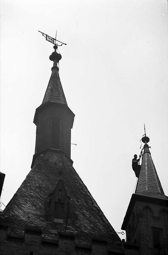 Bad Wimpfen: Dachdecker hängt am Kirchturm, Bild 1