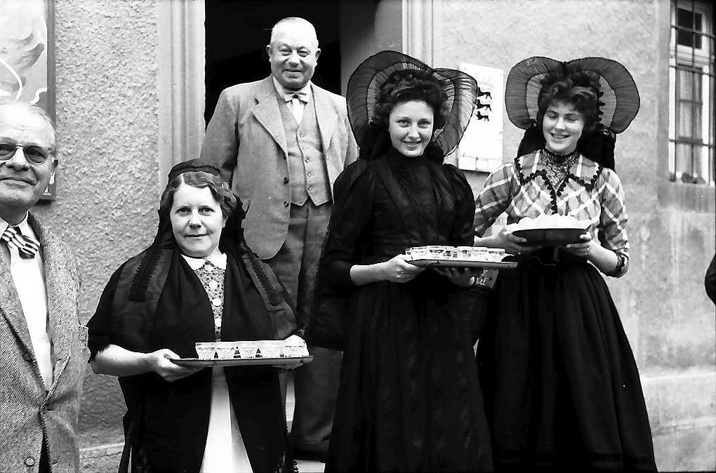 Langenburg: Trachtenmädchen beim Empfang, Bild 1
