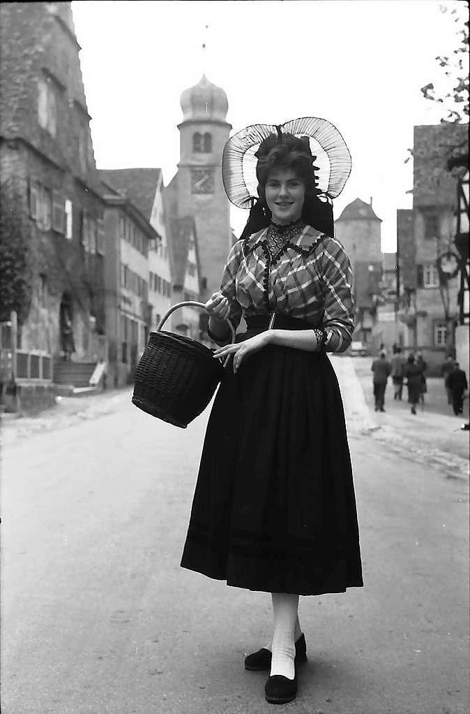 Langenburg: Trachtenmädchen in der Straße, Bild 1