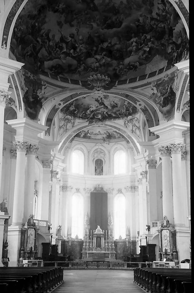 Neresheim: Mittelschiff mit Blick auf den Altar der Abteikirche, Bild 1