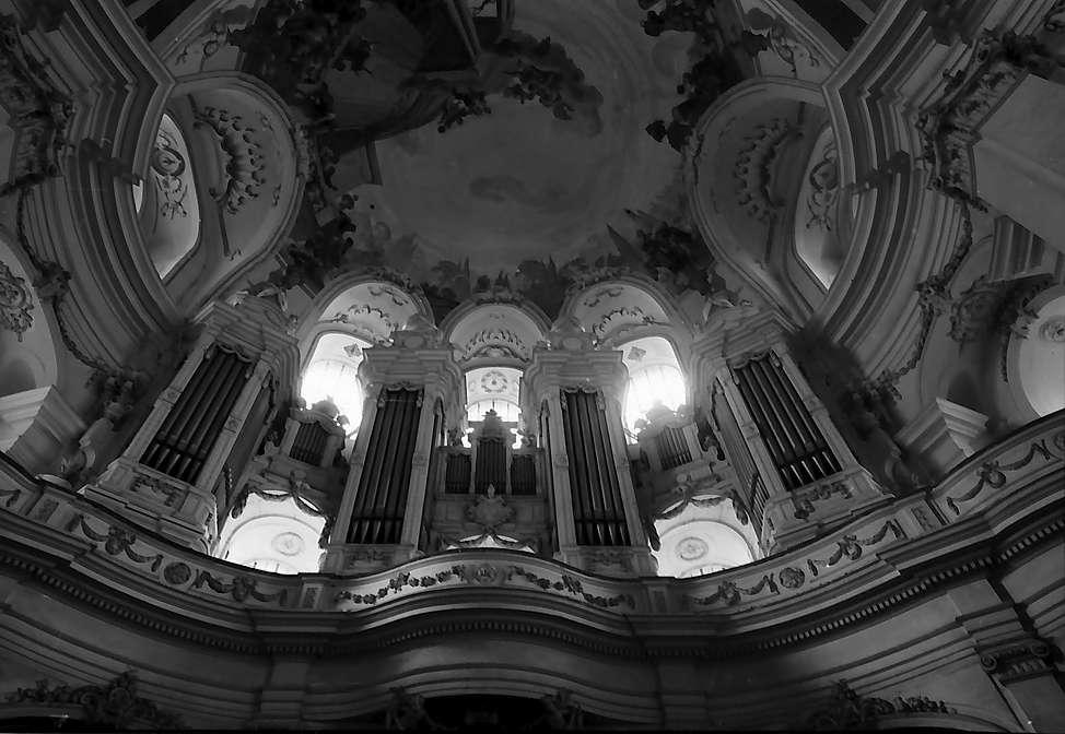 Neresheim: Orgelempore der Abteikirche von unten, Bild 1